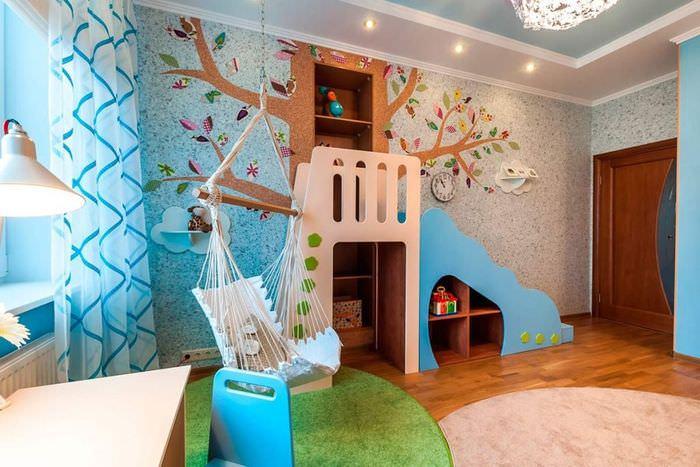 Дерево из жидких обоев на стене детской комнаты