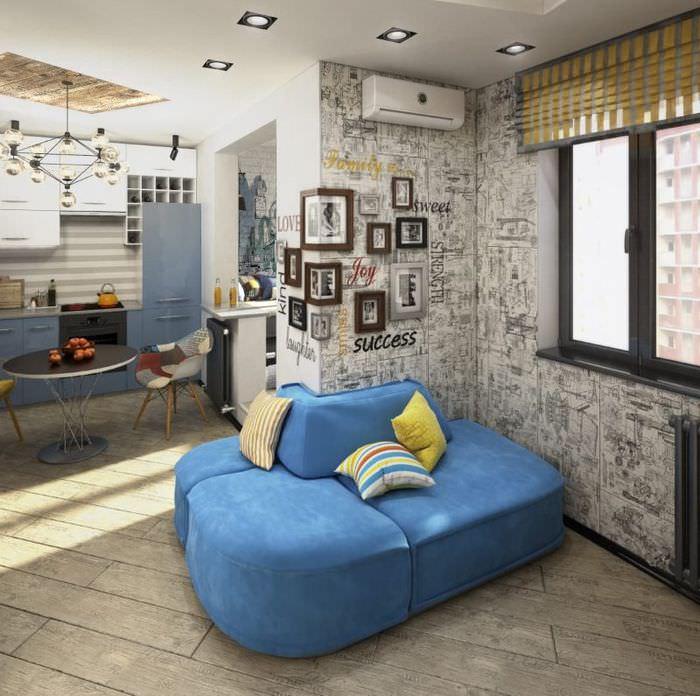 Голубой диван в квартире-студии