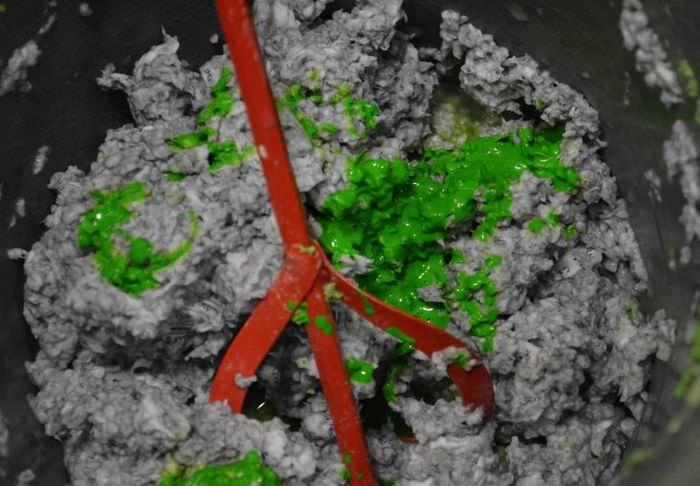 Добавление колера в раствор самодельных жидких обоев