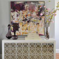 Декор гостиной картиной и вазами