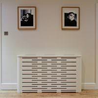 Две фотографии на белой стене