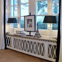 Декорирование подоконника в гостиной частного дома