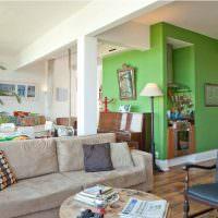 Зеленые стены в комнате с белым потолком