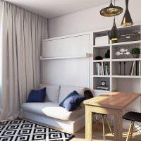 Небольшой диванчик в зоне отдыха квартиры-студии