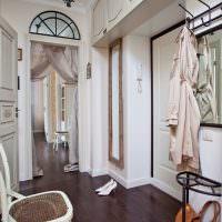 Подвесные шкафы под потолком прихожей