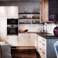 Угловой кухонный гарнитур с бежевыми фасадами