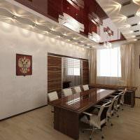 Полированная мебель в комнате для ведения переговоров