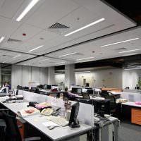 Рабочая обстановка внутри офиса крупной компании