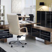 Дизайн рабочего места с коричневой мебелью