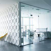 Желтые стулья в белом офисе