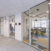 Стеклянные перегородки в кабинетах сотрудников корпорации