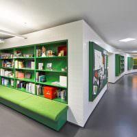 Зеленый диван в зоне отдыха для посетителей