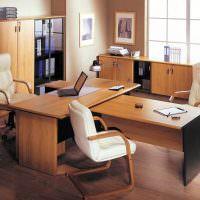 Рабочие столы из ламинированного ДСП в офисе компании