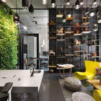 Стена с живыми растениями в офисе промышленной корпорации