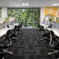 Офис с панорамными окнами и длинными столами