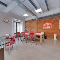 Бетонный потолок и кирпичная стена