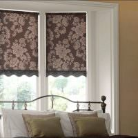 Серые шторы на окне спальной комнаты