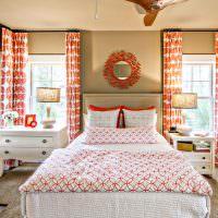 Красно-белый текстиль в оформлении спальни