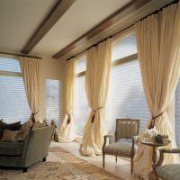 Занавеси в гостиной с окнами вместо стен