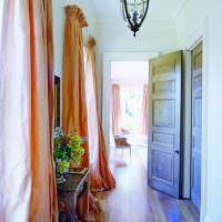 Английские шторы на окнах узкого коридора