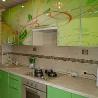 Гарнитур с глянцевыми фасадами зеленого окраса