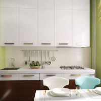 Зеленая отделка стен в малогабаритной кухне