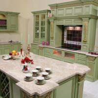 Зеленая кухня с островом для приготовления пищи
