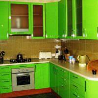 Яркий кухонный гарнитур с акриловыми фасадами