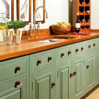 кухонная мебель с деревянными ручками