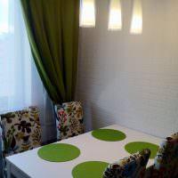 Зеленые салфетки на обеденном столе