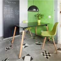 Стол и стул на деревянных ножках