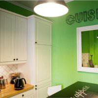 Зеркало на зеленой стене кухни