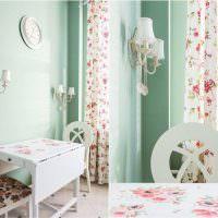 Бирюзовые стены в светлой кухне