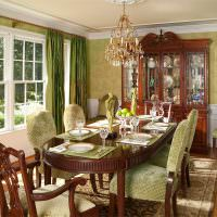 Коричневый стол в классическом стиле