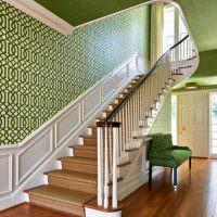 Стены лестничного марша с зелеными обоями