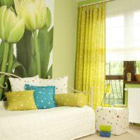 Фотообои с тюльпанами в светлой комнате