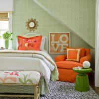 Оранжевое кресло в детской комнате