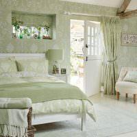 Интерьер спальни с выходом во двор частного дома