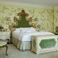 Классический интерьер спальни с зелеными обоями