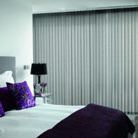 Спальня с закрытыми вертикальными жалюзи
