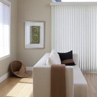 Белые жалюзи с креплением на окне