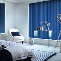 Синие жалюзи в спальне городской квартиры