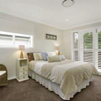 Белые жалюзи в спальне деревенского стиля