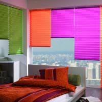 Яркие жалюзи в современной спальне
