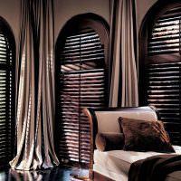 Деревянные окна в темной гостиной