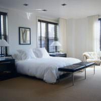 Белое постельное белье на кровати молодых супругов