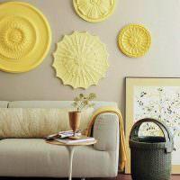 Желтые потолочные розетки над диваном в гостиной