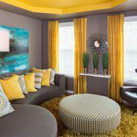 Желтый потолок в гостиной с серыми стенами