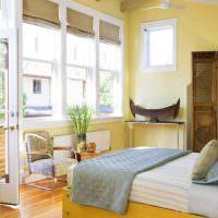 Кровать с желтым деревянным каркасом
