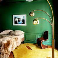 Светло-желтый ковер в спальне с темно-зеленой стеной